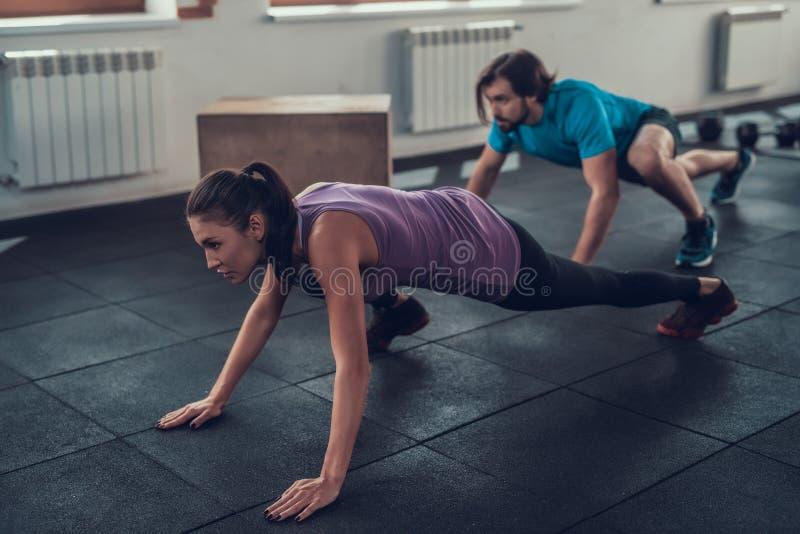 Muchacha en la camiseta violeta Concepto del entrenamiento de Crossfit fotografía de archivo