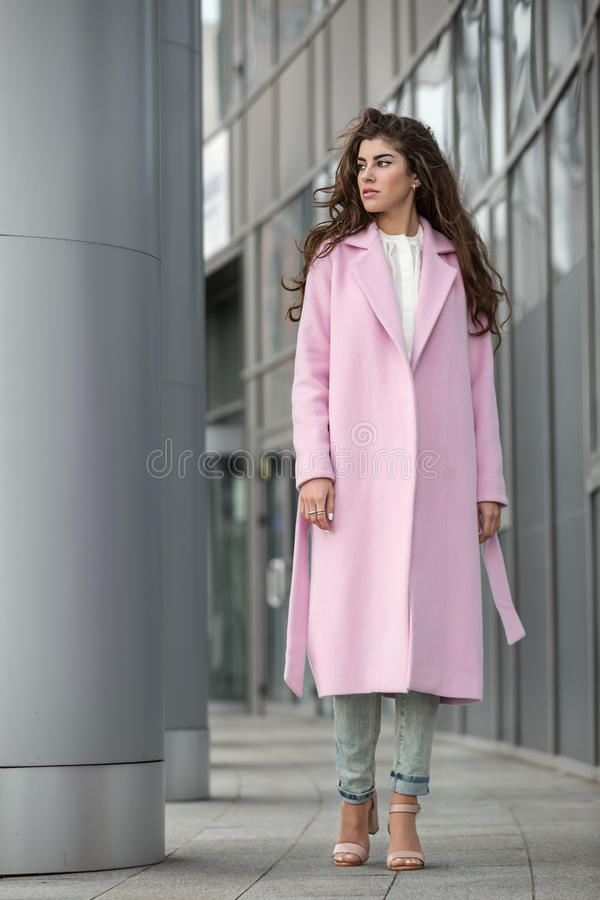 Muchacha en la capa rosada imagenes de archivo