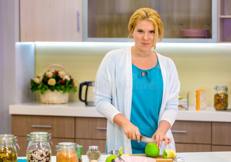 Muchacha en la cocina que prepara un desayuno de la vitamina imagen de archivo libre de regalías
