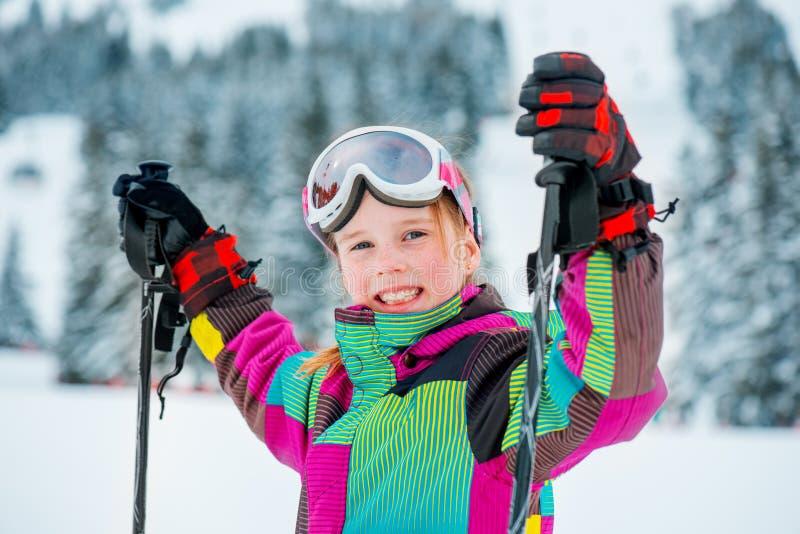 Muchacha en la cuesta del esquí fotos de archivo