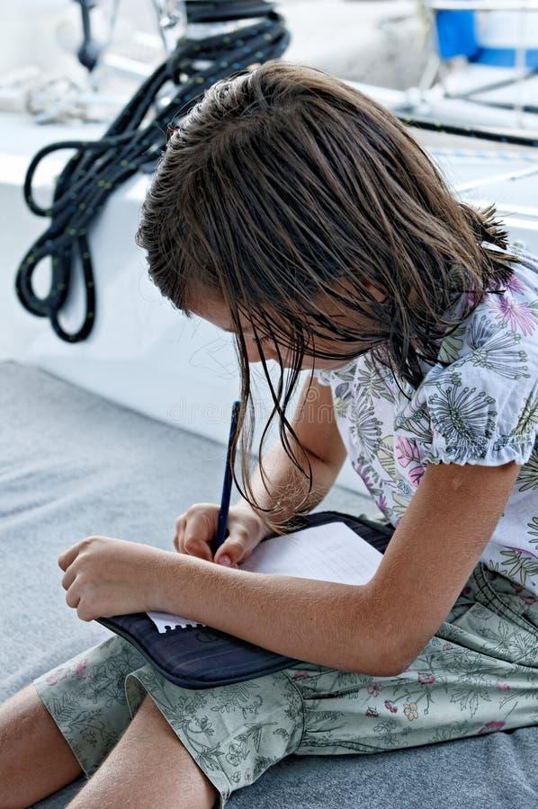 Muchacha en la escritura del yate fotografía de archivo