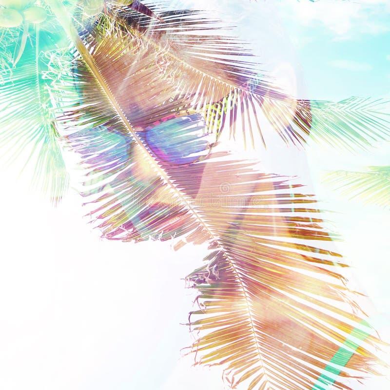 Muchacha en la exposición doble de los ambientes del verano del retrato de la piscina foto de archivo