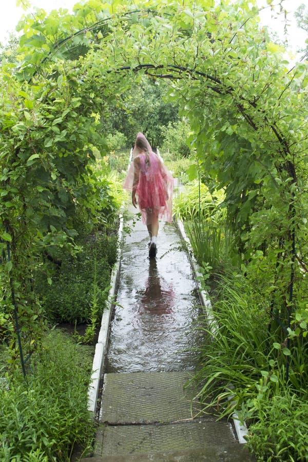 Muchacha en la lluvia imagen de archivo