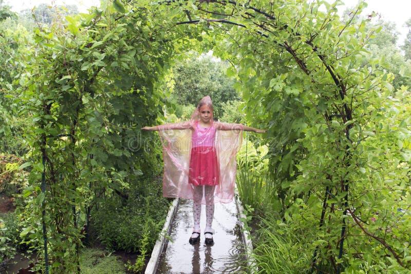Muchacha en la lluvia imagen de archivo libre de regalías