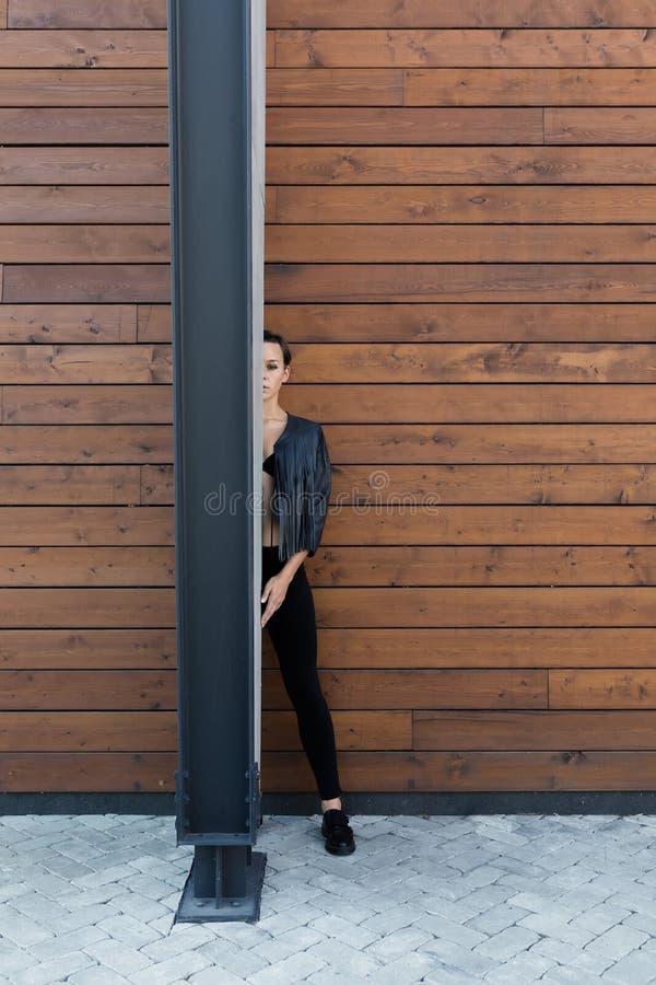 Muchacha en la pared de madera imagen de archivo libre de regalías