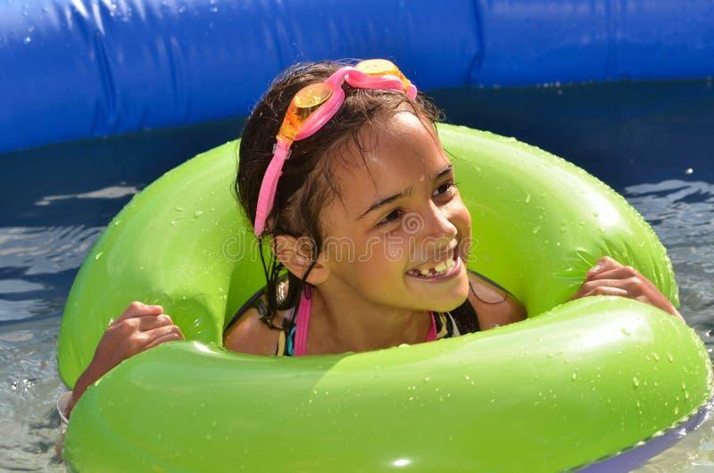 Muchacha en la piscina imagenes de archivo