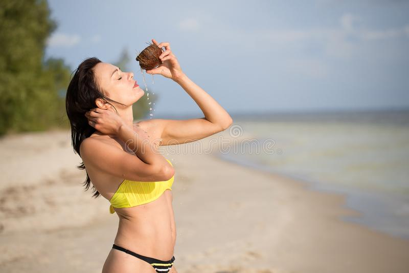 Muchacha en la playa con el coco fotografía de archivo libre de regalías
