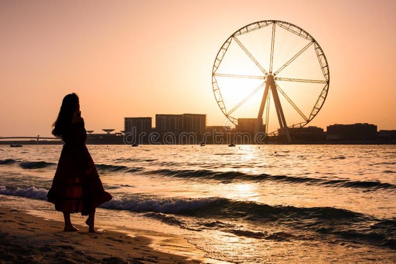 Muchacha en la playa de JBR con la noria de Ain Dubai foto de archivo libre de regalías