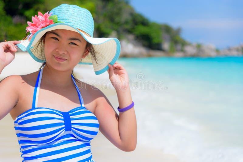 Muchacha en la playa en Tailandia imágenes de archivo libres de regalías