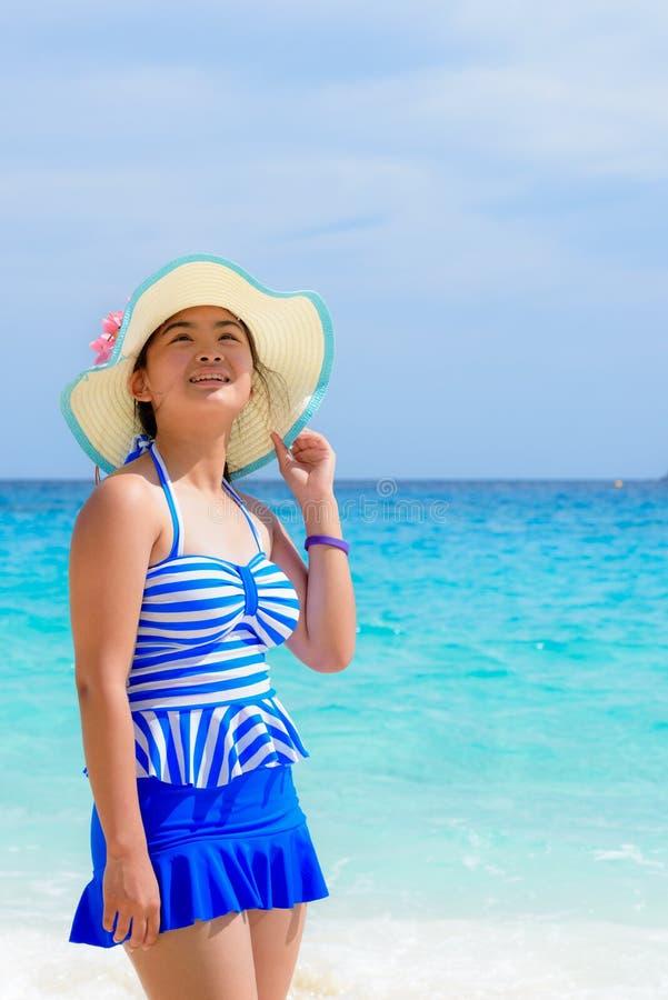 Muchacha en la playa en Tailandia fotografía de archivo libre de regalías