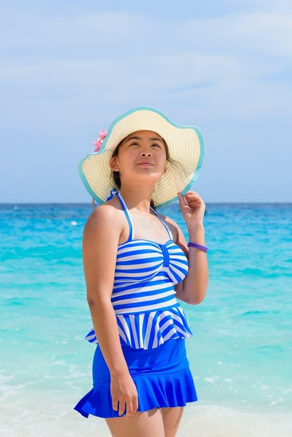 Muchacha en la playa en Tailandia imagen de archivo libre de regalías