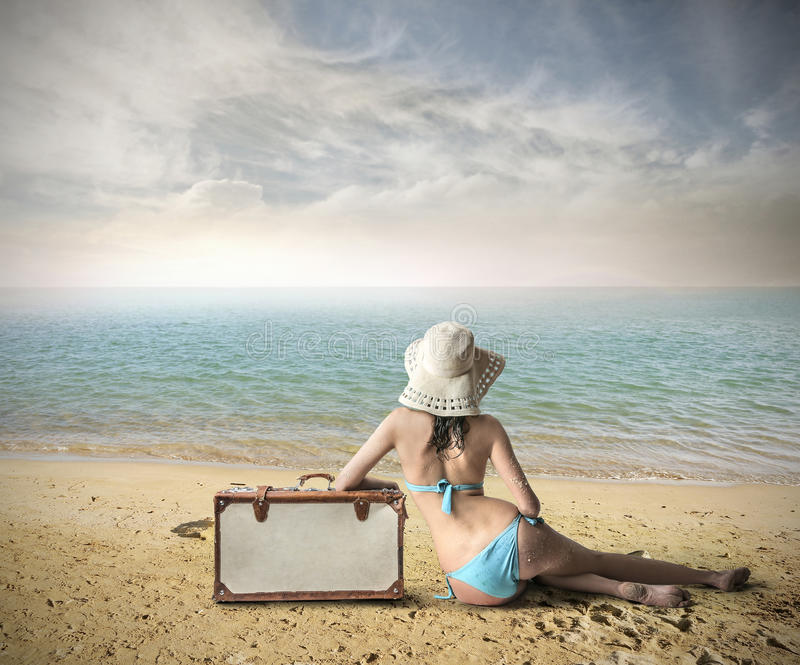 Muchacha en la playa lista para salir imagen de archivo