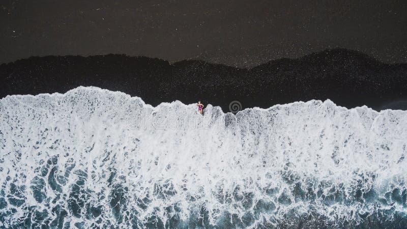 Muchacha en la playa negra de la arena imágenes de archivo libres de regalías