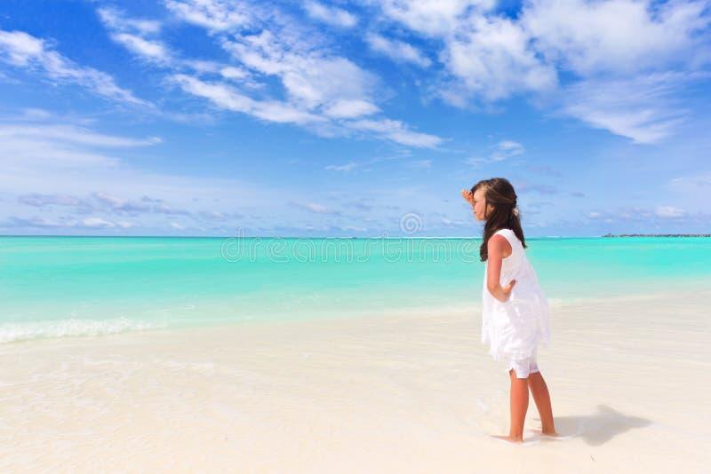Muchacha en la playa tropical foto de archivo libre de regalías