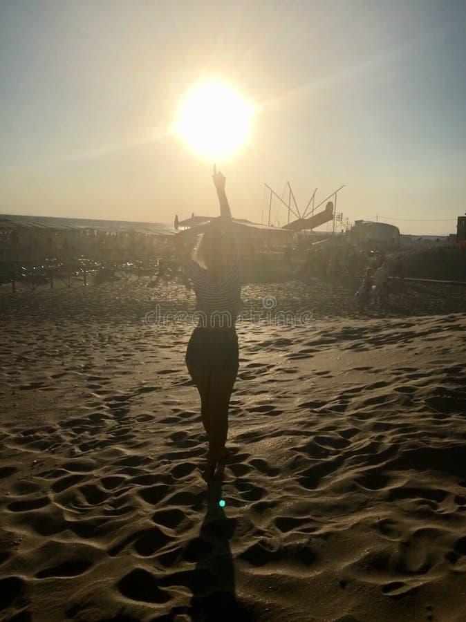 Muchacha en la puesta del sol imagen de archivo