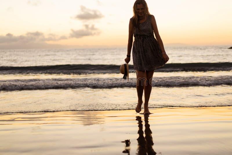 Muchacha en la puesta del sol en la playa imagen de archivo libre de regalías