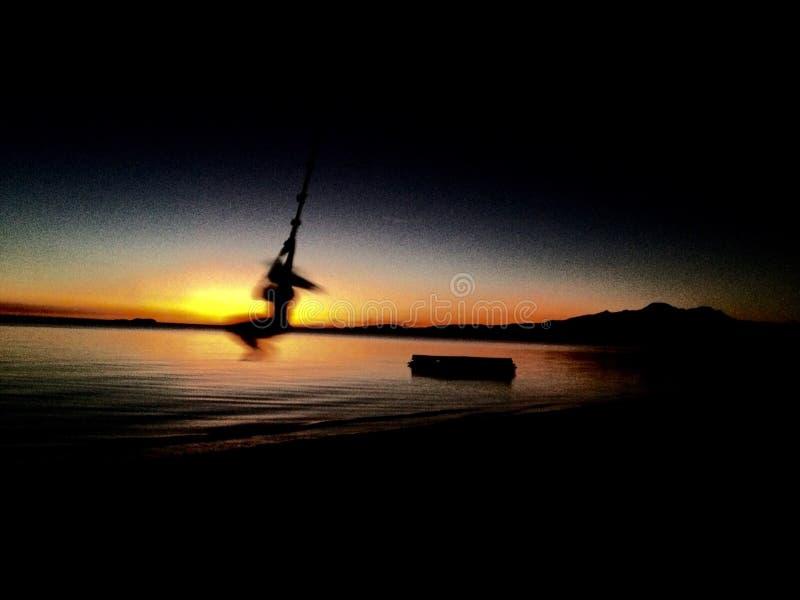 Muchacha en la puesta del sol Siquijor Filipinas del oscilación imágenes de archivo libres de regalías