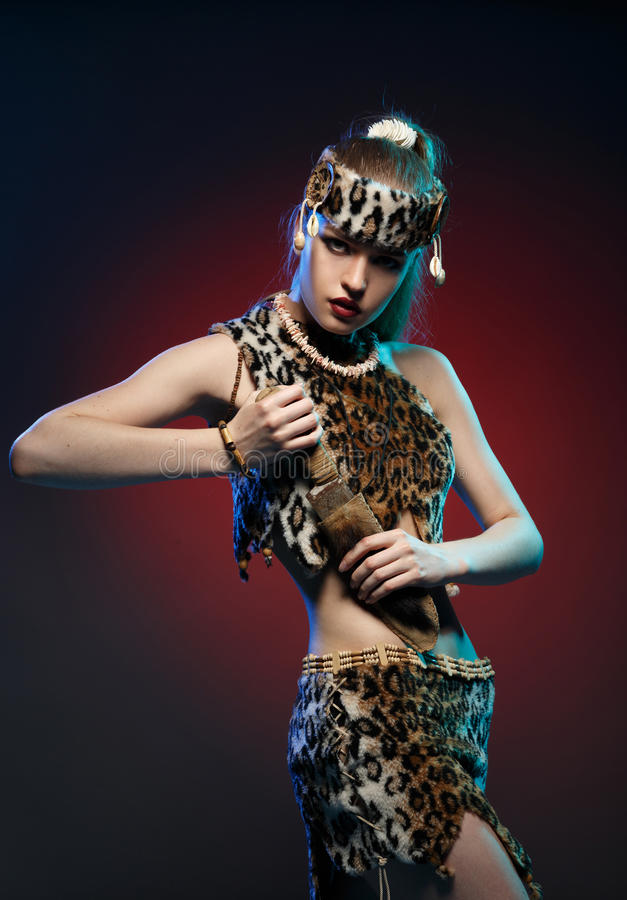 Muchacha en la ropa los Amazonas con un cuchillo en su mano imagen de archivo libre de regalías