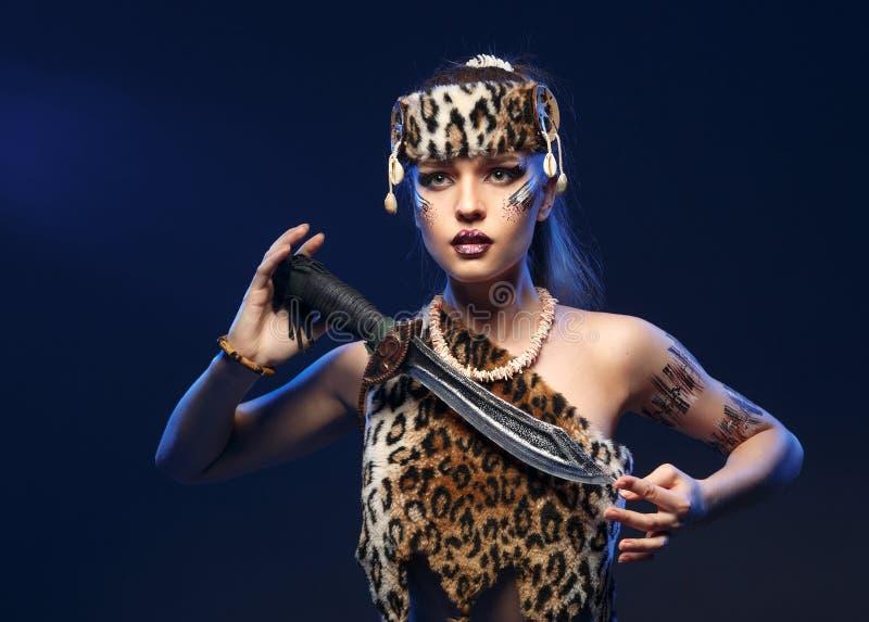 Muchacha en la ropa los Amazonas con una espada en su mano fotos de archivo
