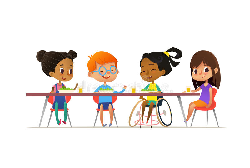 Muchacha en la silla de ruedas que se sienta en la tabla en cantina y que habla con sus amigos Niños multirraciales felices que a stock de ilustración