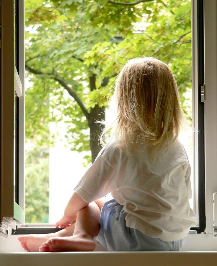 Muchacha en la ventana imagen de archivo libre de regalías