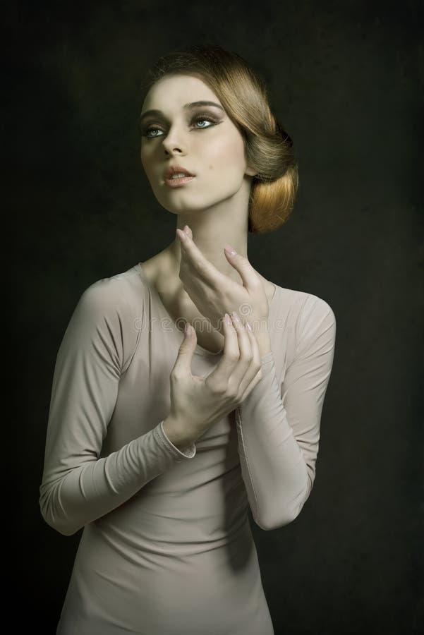 Muchacha en lanzamiento elegante de la moda imagenes de archivo