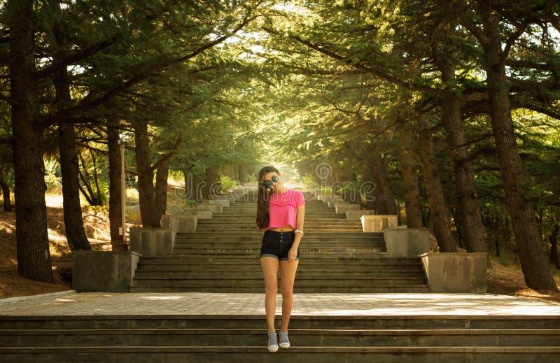 Muchacha en las escaleras en el sol foto de archivo