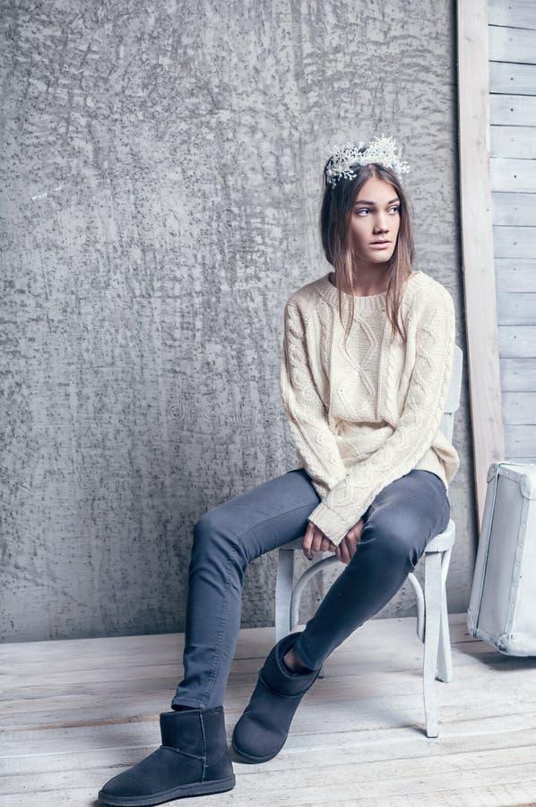 Muchacha en las lanas blancas del suéter fotos de archivo libres de regalías