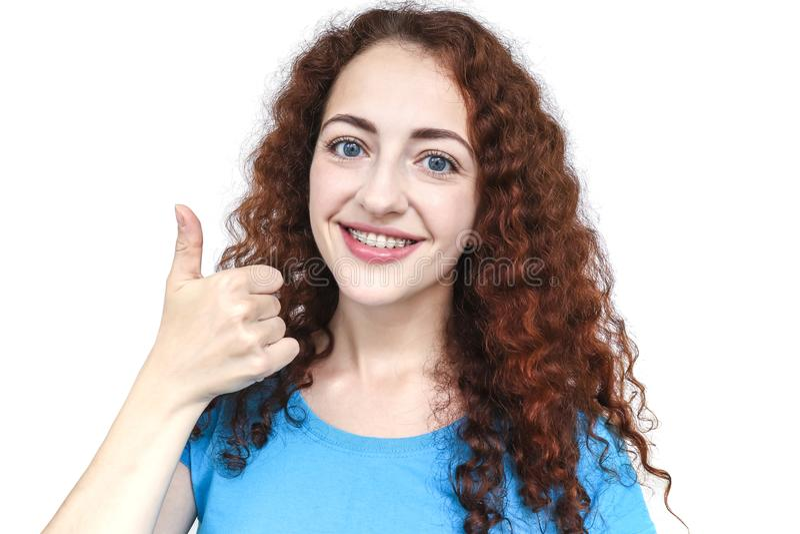 Muchacha en los apoyos que muestran el pulgar para arriba Sonrisa feliz foto de archivo libre de regalías