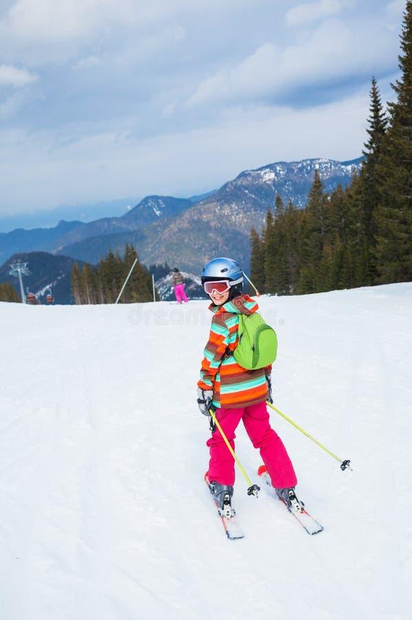 Muchacha en los esquís. imágenes de archivo libres de regalías