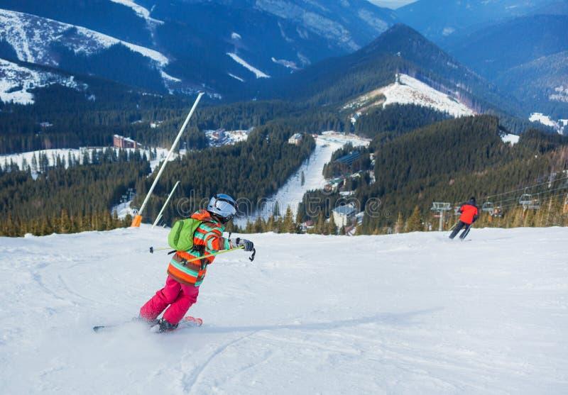 Muchacha en los esquís. foto de archivo
