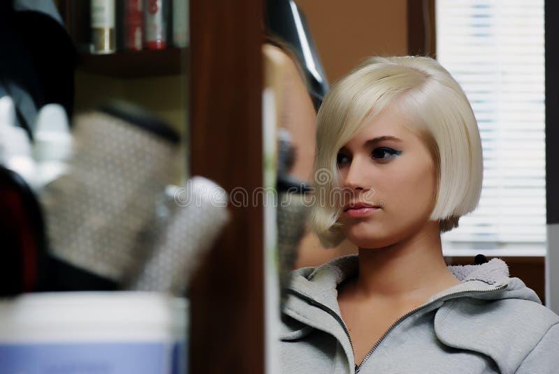 Muchacha en los peluqueros imagen de archivo