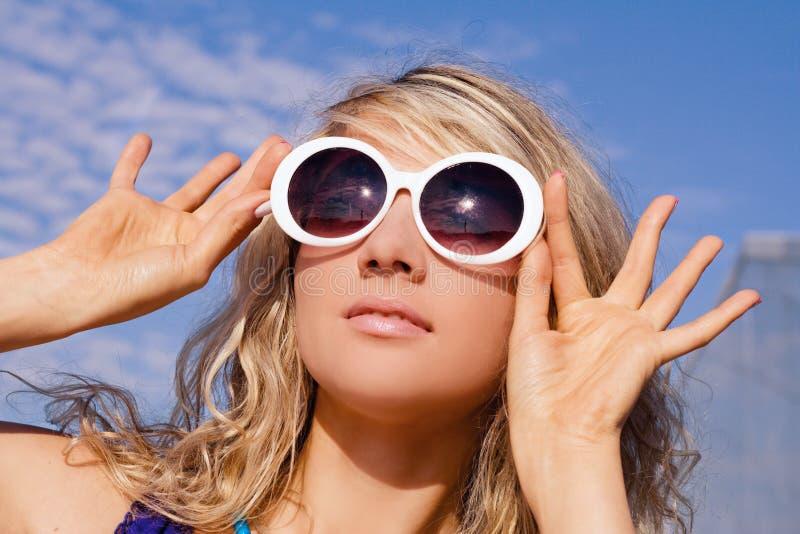 Muchacha en los vidrios de sol blancos imagen de archivo libre de regalías