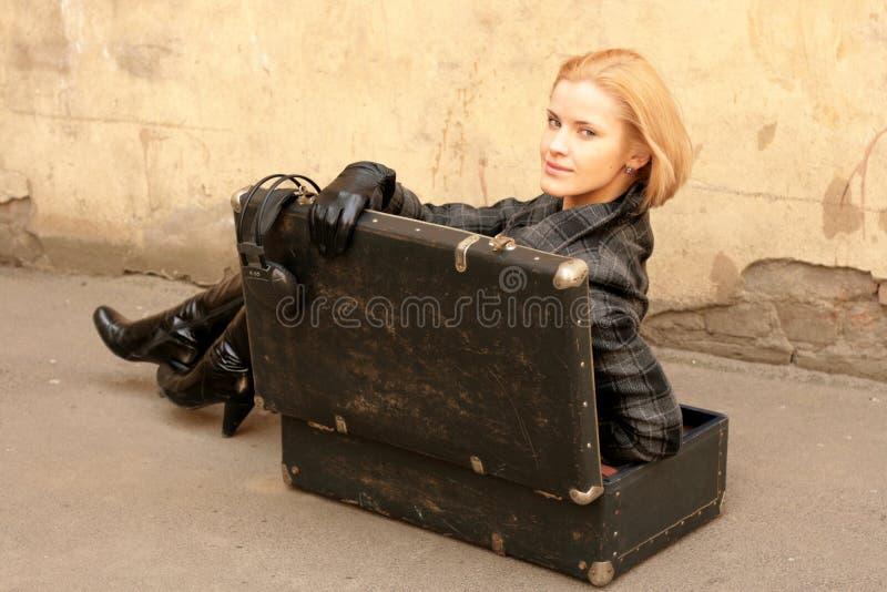 Muchacha en maleta imagenes de archivo
