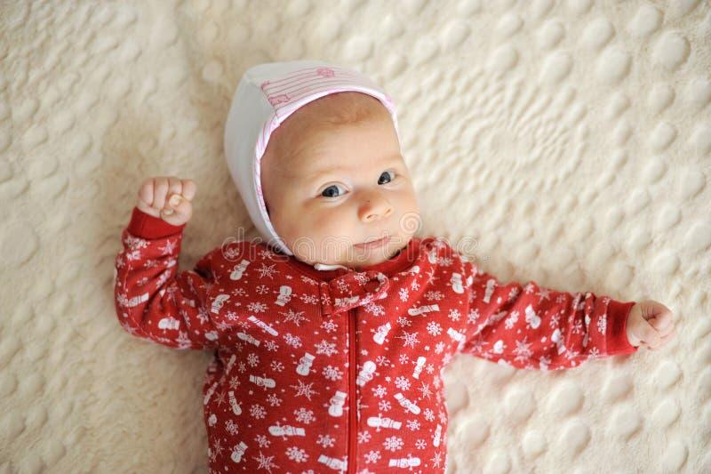 Muchacha en mameluco rojo de la Navidad fotos de archivo