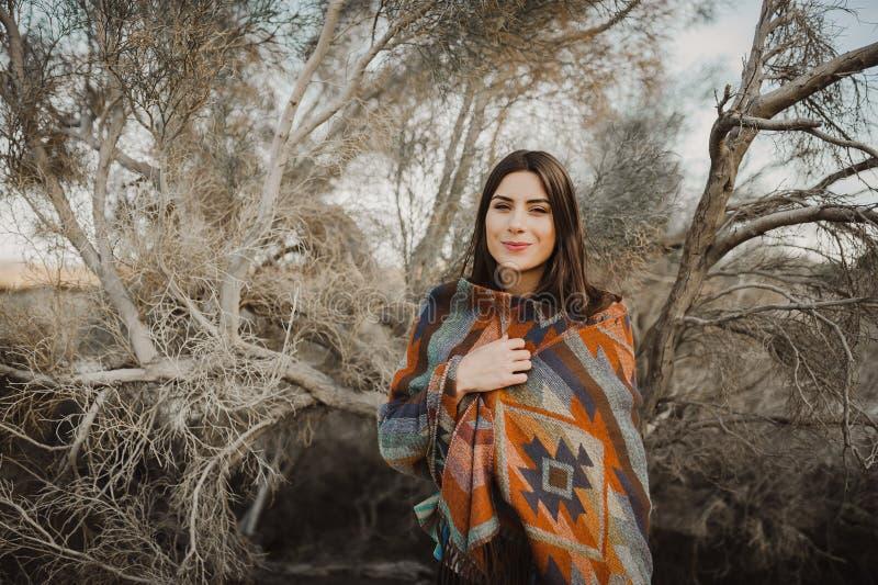Muchacha en mirada gitana en naturaleza del desierto imagen de archivo libre de regalías