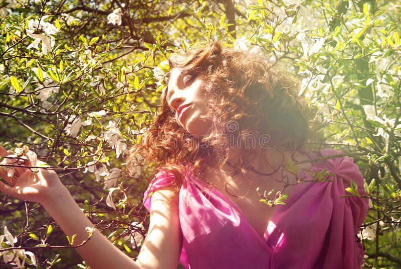 Muchacha en mujer de las flores con la magnolia de las flores foto de archivo