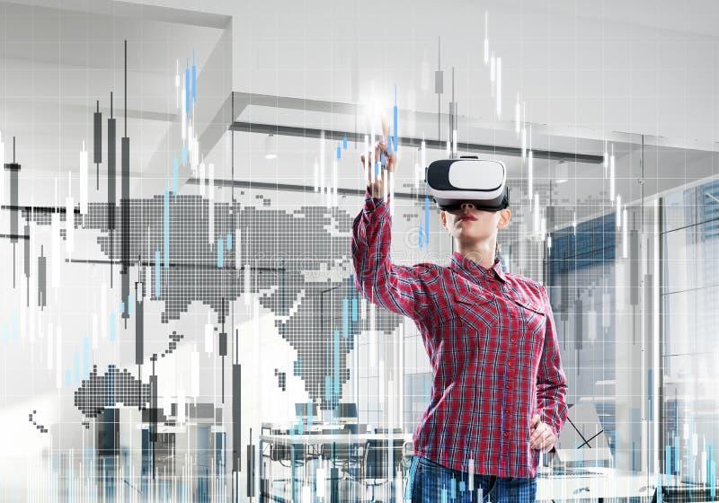 Muchacha en oficina que experimenta el mundo virtual de la tecnología Medi mezclado imagenes de archivo