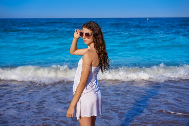 Muchacha en orilla de mar de la playa con el vestido del verano imágenes de archivo libres de regalías