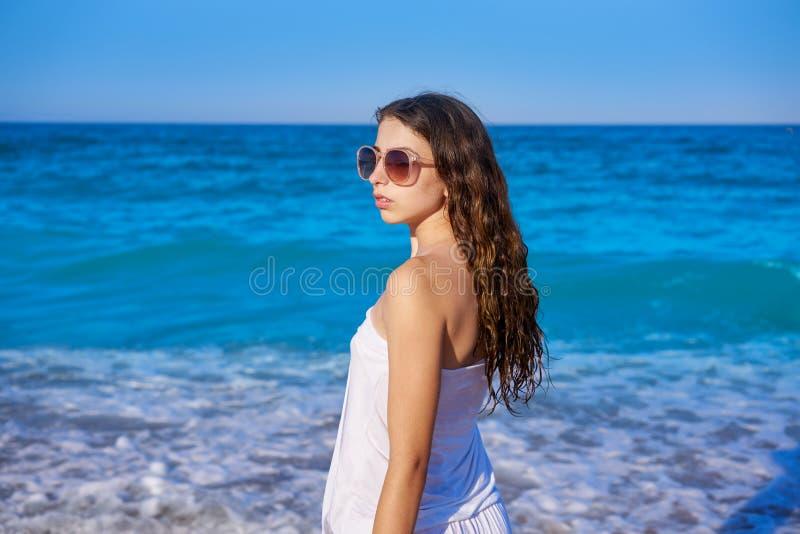 Muchacha en orilla de mar de la playa con el vestido del verano fotografía de archivo