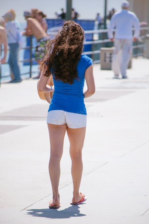 Muchacha en pantalones cortos foto de archivo