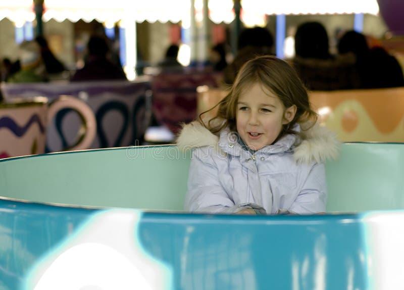 Muchacha en parque de atracciones fotos de archivo