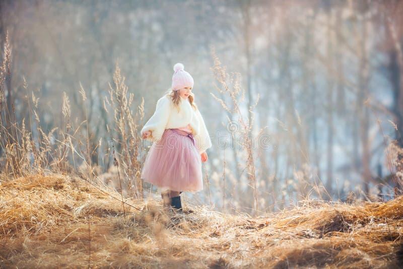 Muchacha en parque de la primavera fotografía de archivo libre de regalías