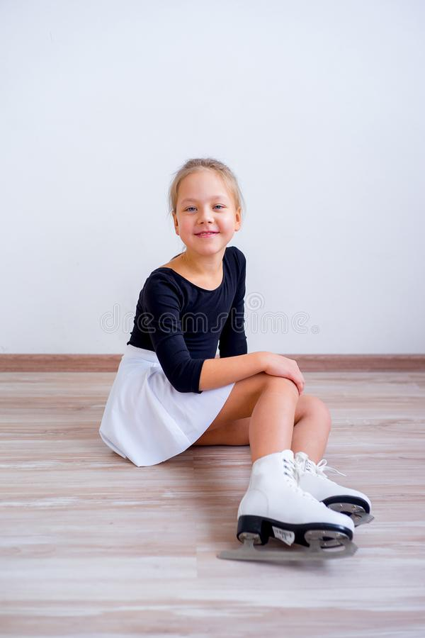 Muchacha en patines de hielo fotos de archivo