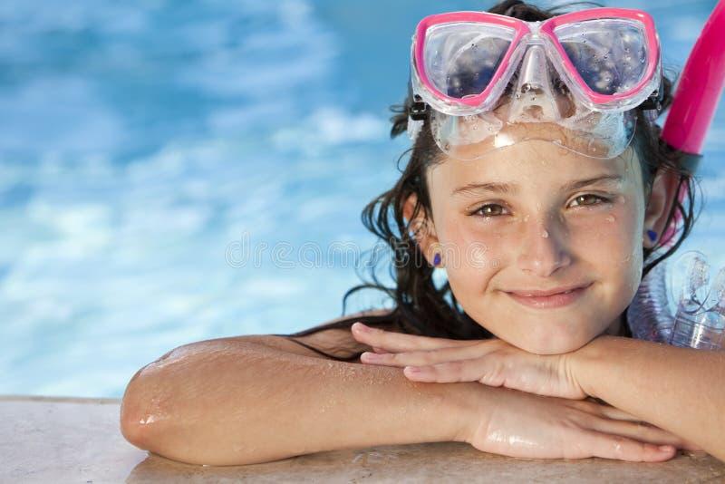 Muchacha en piscina con los anteojos y el tubo respirador imagen de archivo libre de regalías