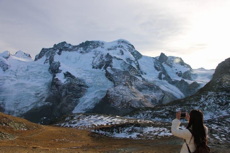 Muchacha en pista de senderismo y escena del otoño en Zermatt imagenes de archivo