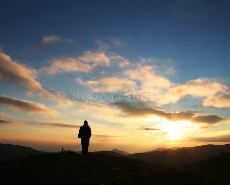Muchacha en puesta del sol imagen de archivo