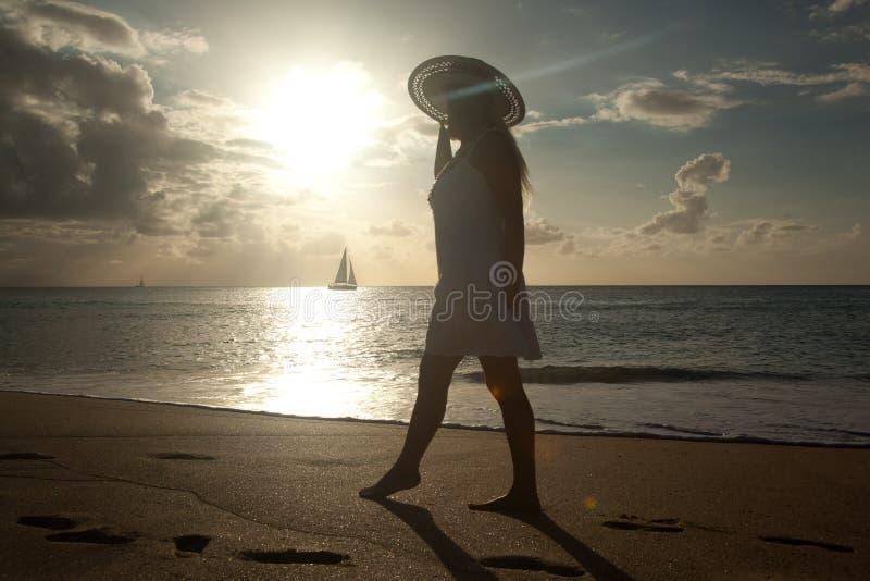 Muchacha en puesta del sol foto de archivo libre de regalías