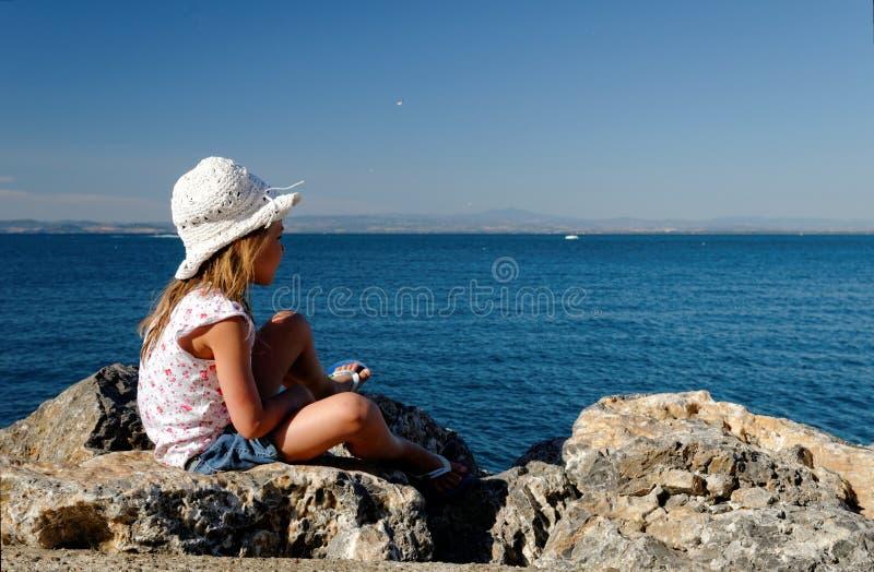 Muchacha En Rocas De La Playa Fotografía de archivo
