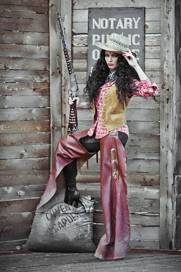 Muchacha en ropa y sombrero del vaquero imagen de archivo